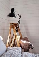 Una escalera puede ser tu nueva mesilla
