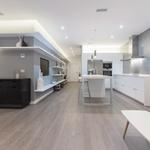 Puertas abiertas: la isla de cocina como centro neurálgico de una vivienda en Chamberí