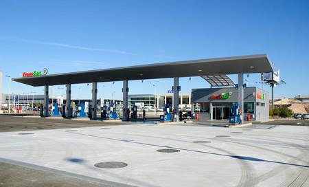 Las gasolineras tienen seis meses más para instalar puntos de recarga de 50 kW para coches eléctricos