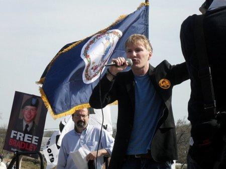 El gobierno de EE.UU. a los tribunales por registrar el ordenador de un defensor de Manning