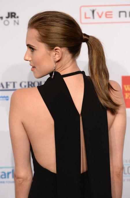 Detalle de espalda abierta Allison Williams vestido negro Dior en la fiesta de la fundacon contra el SIDA de Elthon John en 2013