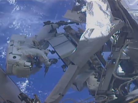 Este astronauta olvidó ponerle una SD a su cámara antes de salir al espacio