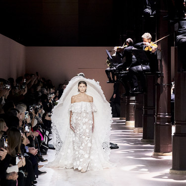 Givenchy y su oda poética a la belleza de los jardines ingleses en su colección Alta Costura Primavera 2020 (con Kaia Gerber como rostro estrella)