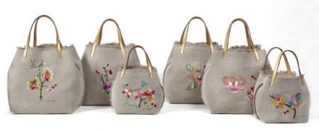 877079109 Invasión de flores en el Matryoshka bag de Carolina Herrera