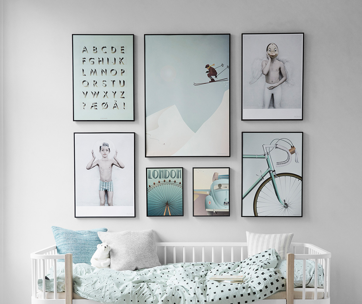 17 maneras de colgar los cuadros en tu casa for Cuadros para escaleras