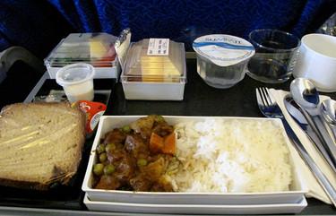 Razones por las que la comida de avión suele saber mal