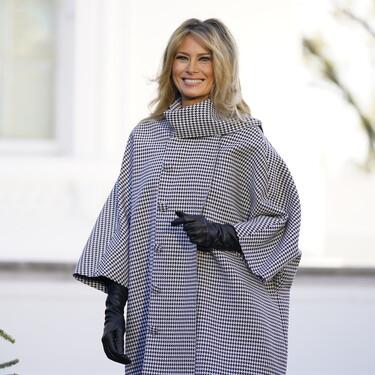 La Pata de Gallo vuelve por Navidad y Melania Trump así nos lo demuestra en su última aparición oficial frente a la Casa Blanca