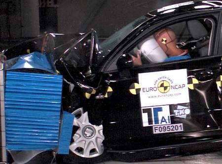 Prueba de choque frontal EuroNCAP del Seat Exeo en 2008.
