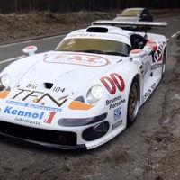 Este Porsche 911 GT1 de calle se deja ver en vídeo... ¡y es una auténtica locura!