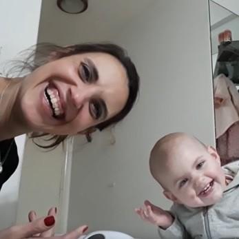 """La divertida """"charla"""" entre una bebé de 15 meses y su mamá a la hora de la cena que se ha hecho viral"""
