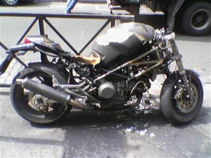 Ducati Monster vandalizada