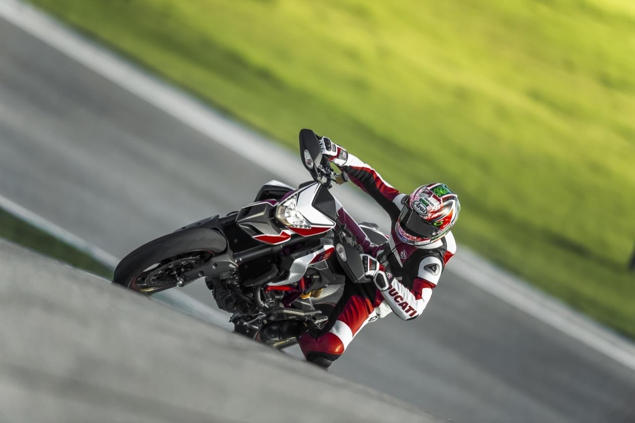 Foto de Nicky Hayden con la Ducati Hypermotard (1/19)