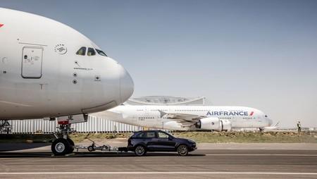 El Porsche Cayenne se enfrenta a las 285 toneladas de un Airbus A380 y logra un récord Guinness