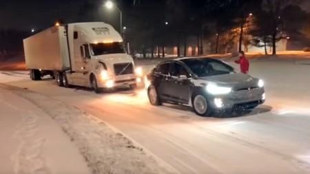 ¡Tesla al rescate! Este Model X ha hecho su buena obra navideña remolcando un camión de 40 toneladas