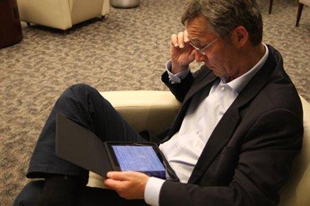 El primer ministro noruego dirigiendo el país con su nuevo iPad