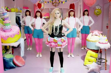 Pues va a ser que el nuevo videoclip de Avril Lavigne levanta ampollas ¿eh?
