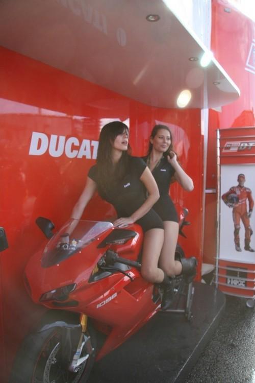 Foto de Las pit babes de Estoril en una Ducati 1098 (7/35)