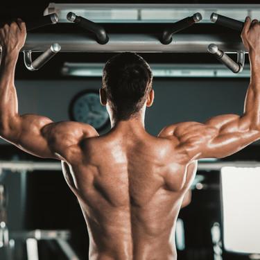 Para una espalda fuerte y ancha, estos son los ejercicios que no pueden faltar en tu rutina