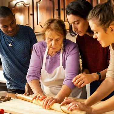 Airbnb estrena sus experiencias de turismo gastronómico: aprende a hacer pasta con una abuela romana o prepara cajas bento en Japón