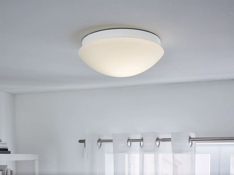 Lámpara LED de techo con sensor de movimiento de sensibilidad ajustable, se enciende automáticamente y contiene una pantalla de vidrio satinado.