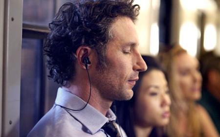 Hombre escuchando Xperia Z2