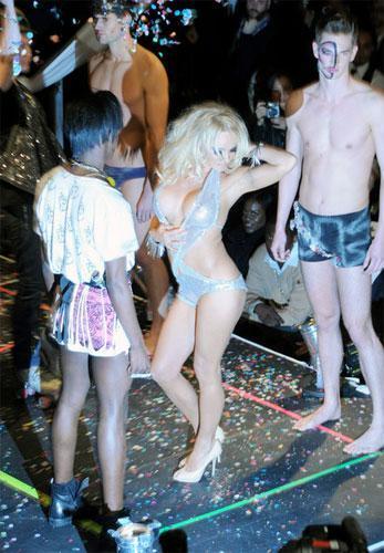 Pamela Anderson con muy poca tela en la Semana de la Moda de Nueva York