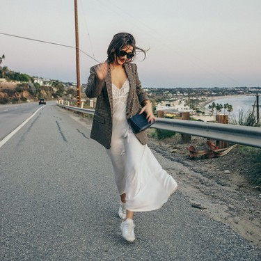 El street style nos recuerda la importancia de tener a mano un vestido largo hasta los pies (o varios)