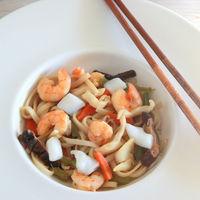 Wok de noodles udon con sepia y langostinos, receta oriental