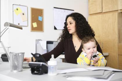 Una de cal y otra de arena para las madres trabajadoras