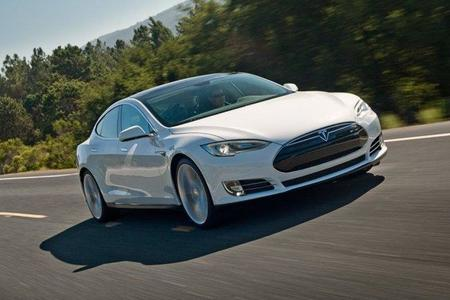 Tesla Model S en movimiento