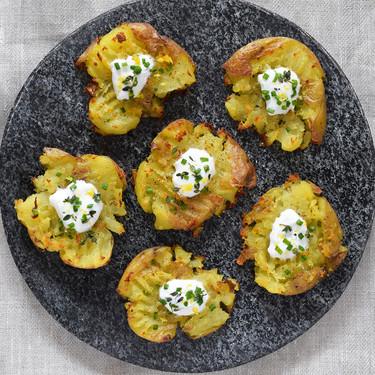 Patatas chafadas al horno con yogur y hierbas: receta de guarnición o picoteo que se devora por sí sola