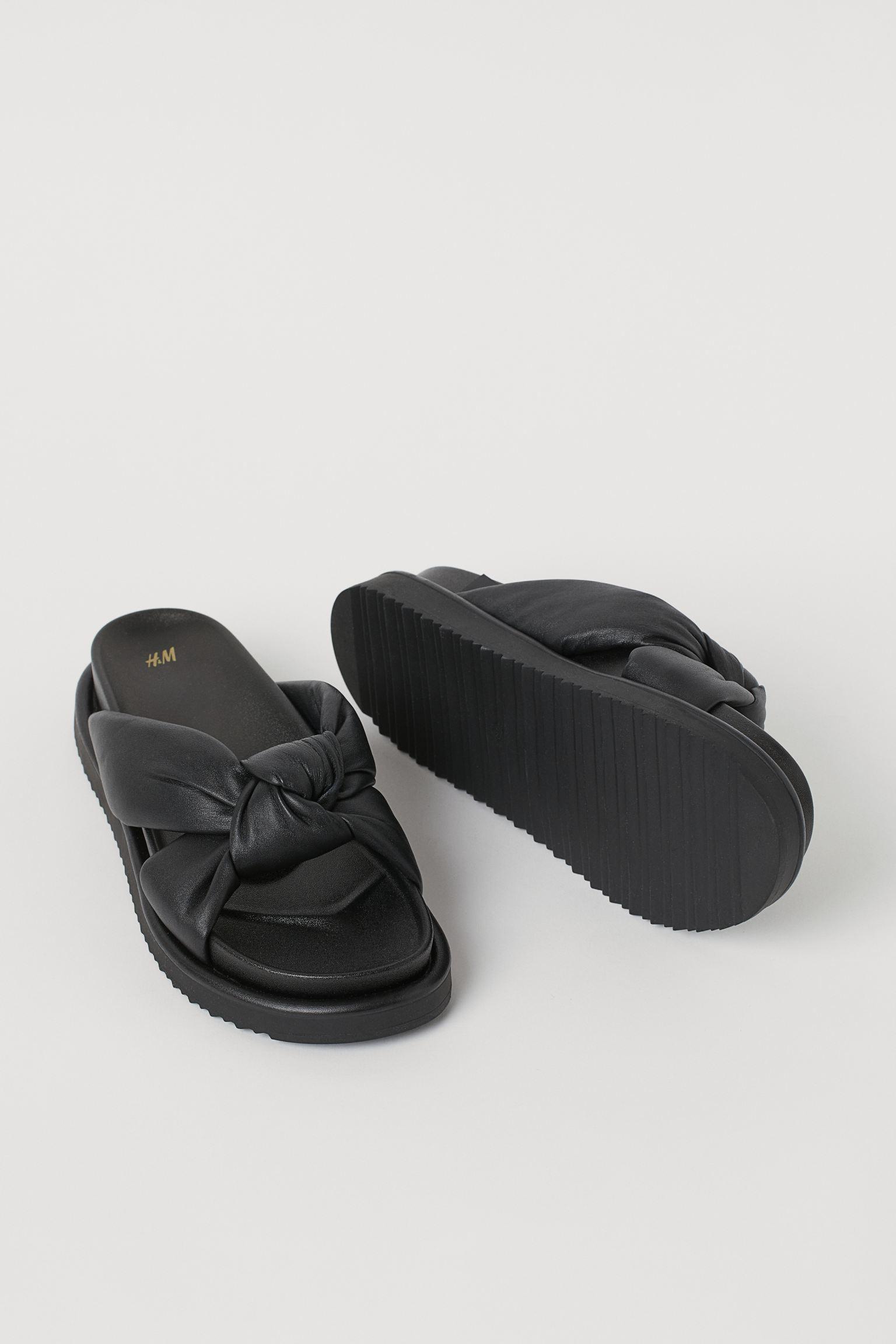 Sandalias negras con lazada