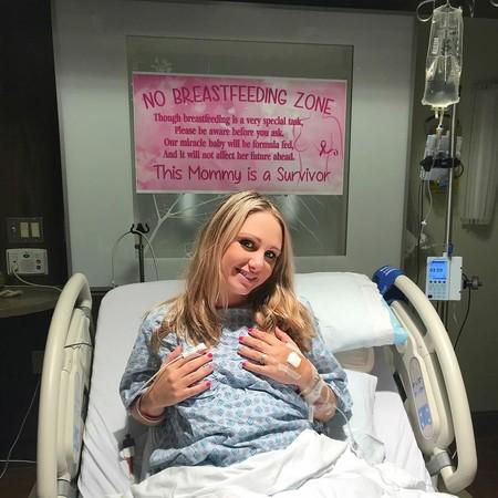 """""""Zona de no amamantar"""", el cartel de una madre sobreviviente de cáncer que recuerda la importancia de no juzgar"""