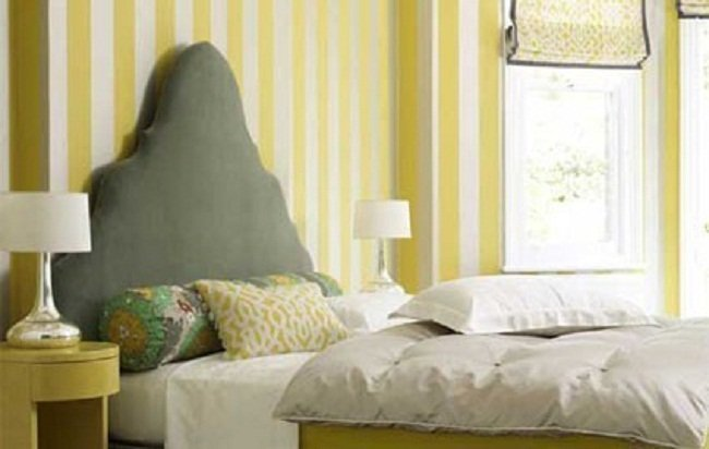 Un dormitorio a rayas blancas y amarillas