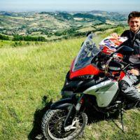 Casey Stoner se sube a la Ducati Multistrada 1200 Enduro, y a él también le deja pasmado