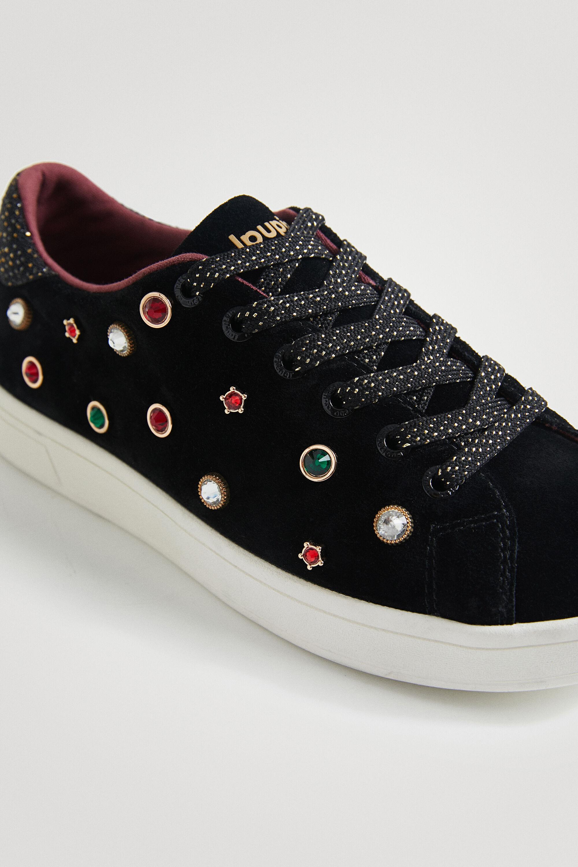 Estas zapatillas son una joya porque tienen una suela de goma muy cómoda y son de efecto ante con pedrería de colores bordada