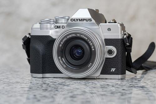 Olympus OM-D E-M10 Mark IV, la OM-D más pequeña se renueva mejorando en sensor, ráfaga, grip y una pantalla mejor para los selfies
