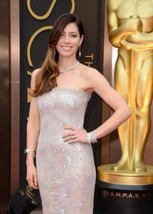 Jessica Biel y su melena ladeada con degradé, una apuesta segura sobre la Alfombra Roja de los Oscar 2014