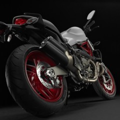 ducati-monster-821-en-accion-y-estudio