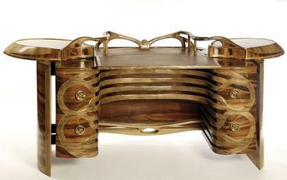 Escritorio de madera y oro