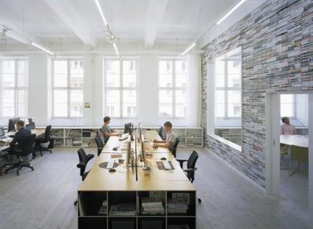 Una pared hecha con revistas desde otra perspectiva.