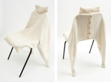 Una silla tapizada con un jersey