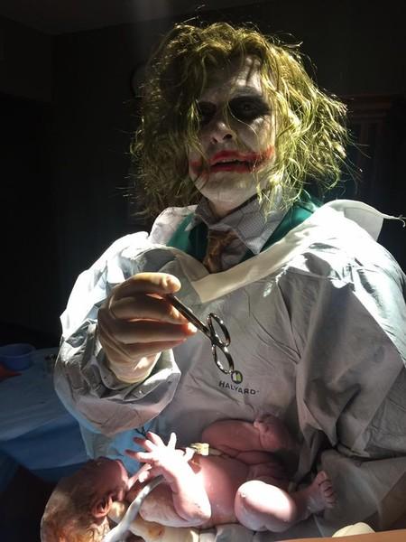 El ginecólogo que asistió un parto disfrazado de Joker la noche de Halloween