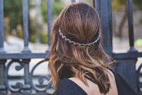 Una sencilla manera de vestir nuestra melena en Nochevieja: medias coronas