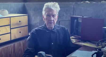 David Lynch lleva un mes leyendo el tiempo en su canal de YouTube. Y aún no sabemos qué nos quiere decir