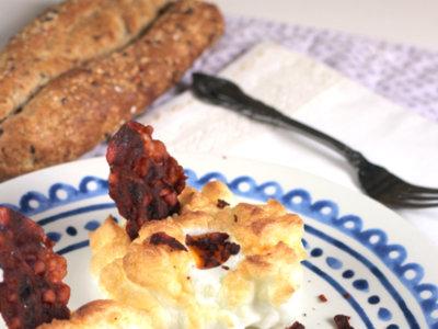 Receta de huevos souffle con bacon crujiente. Desayuno para el día de la madre