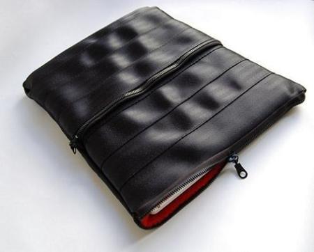 Funda de portátil hecha con cinturones de seguridad