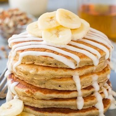 Hot cakes de plátano con glaseado. Receta fácil para el desayuno