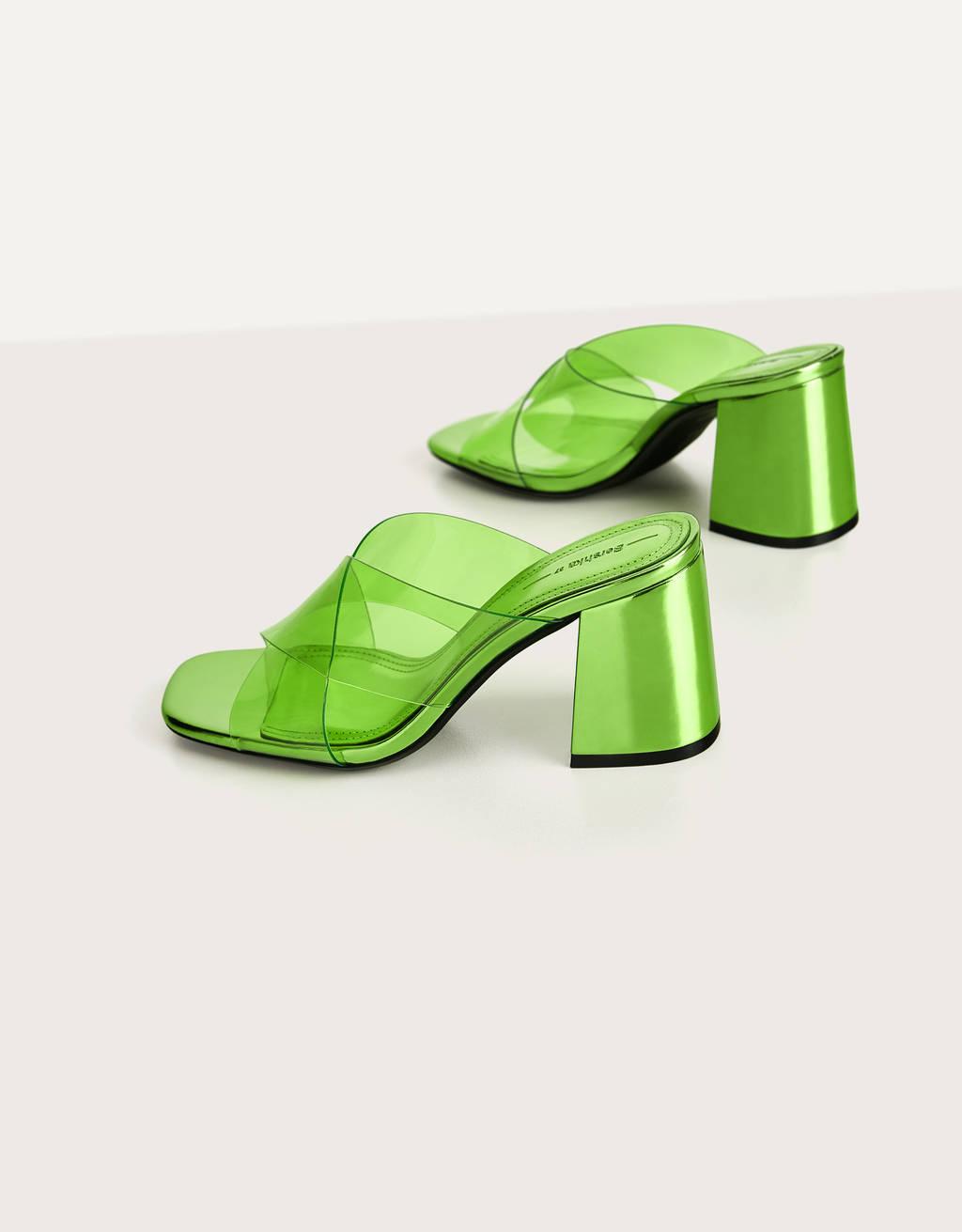 Sandalia verde de tacón vinilo