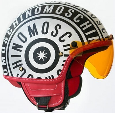 Casco Moschino para fashion victims